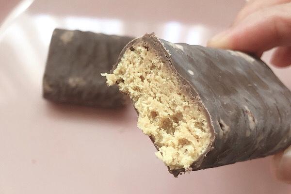 アイハーブで買ったThink Thinのチョコレートストロベリー味のプロテインバーの断面