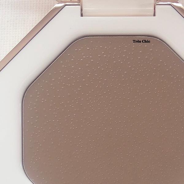 フェンティビューティー(Fenty Beauty)のクリームブロンザーの表面に水滴