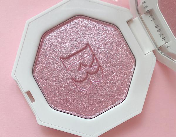 フェンティビューティー(Fenty Beauty )のアイシャドウにもなるハイライトのKILLAWATTの色wattabratというピンク