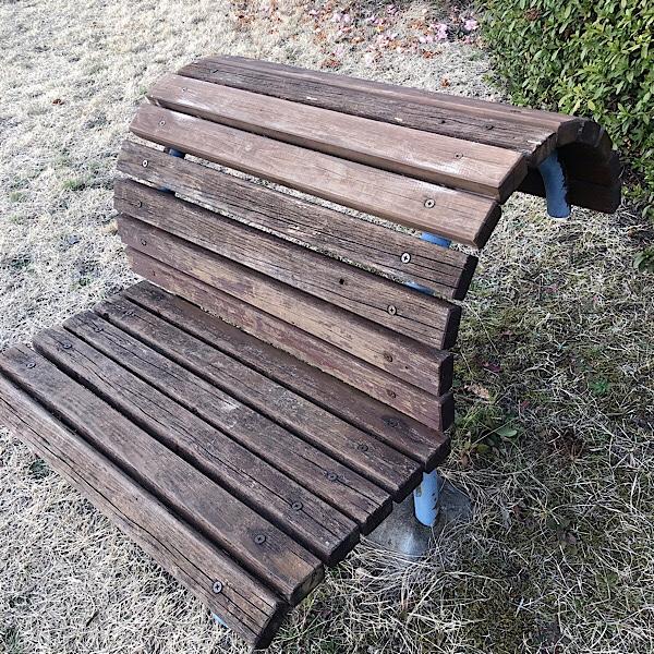 公園にある健康遊具、バックボウベンチは背中をストレッチできるベンチ