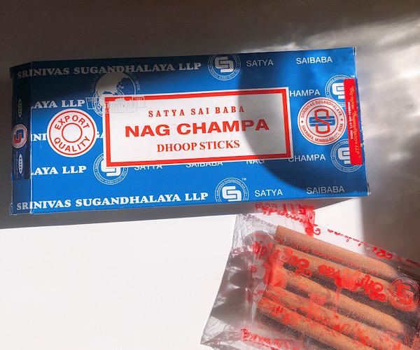 サティヤのナグチャンパのお香ドゥープスティックで浄化